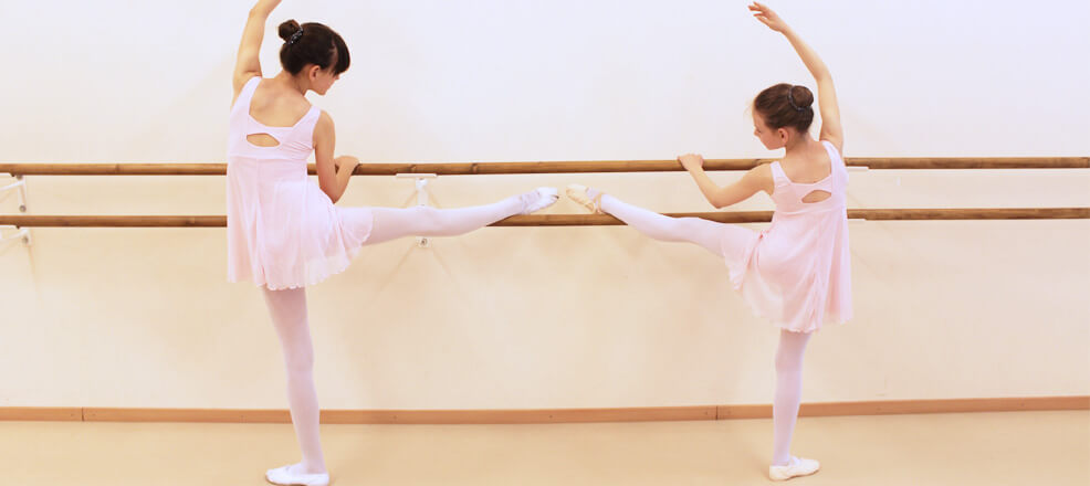 Ballett Kinder an der Stange